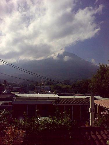 Ésta es la vista del Volcán de Agua en este momento desde el balcón de mi estudio en LAG. #climaGT #fb