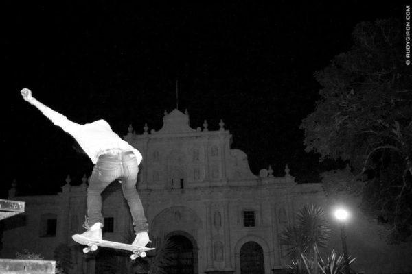 Skateboarding_jumps_at_night_i