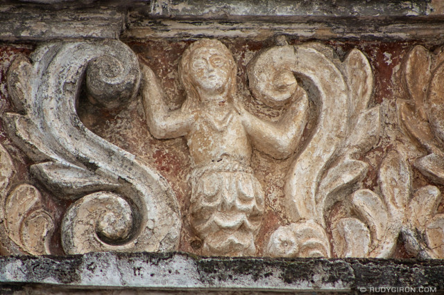 Sirena en la cornisa del antiguo Colegio Tridentino en Antigua Guatemala. © Rudy Girón
